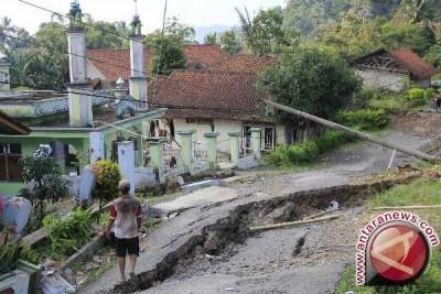 Jumlah bangunan rusak akibat pergerakan tanah di Sukabumi bertambah