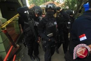 Densus geledah rumah terduga pendana teroris di Pekanbaru