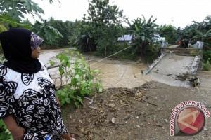 Jembatan Marisa II Ambruk Akibat Banjir Bandang