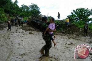 Anggota TNI Bersihkan Material Longsor