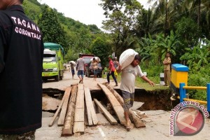 Jembatan Dunu Ambruk Diterjang Banjir Bandang