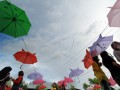 Warga mengunjungi lokasi wisata payung Suwawa, di Kabupaten Bone Bolango. Taman wisata payung yang dibuat oleh warga tersebut terbuka dan gratis untuk umum dan kini menjadi salah satu lokasi kunjungan favorit warga. (ANTARA FOTO/Adiwinata Solihin)