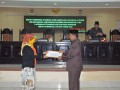 Penyerahan LKPJ Tahun 2016 oleh Wakil Bupati Gorontalo Utara Roni Imran ke Ketua DPRD Gorontalo Utara Nurjanah Yusuf