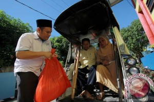 PLN Gorontalo Salurkan Bahan Pokok Kaum Dhuafa