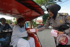 Polwan Gorontalo Bagi-bagi Takjil Ke Pengendara Motor