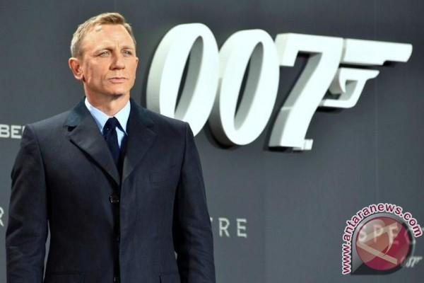 """Mobil """"Bond"""" Dilelang Untuk Amal"""