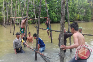 Bhabinkamtibmas Mootilango Bangun Jembatan Penghubung Desa