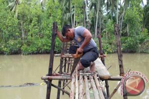 Warga Apresiasi Peran Bhabinkamtibmas Bangun Jembatan Desa