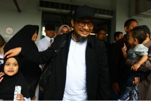 Tiba di Gedung KPK, Novel Disambut Ratusan Pegawai