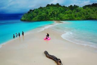 Melihat Keindahan Pasir Putih Pulau Bogisa
