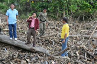 Pemkab-Masyarakat Gotong Royong Bersihkan Lokasi Banjir Tibawa