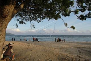 Pantai Kurenai Banyak Dikunjungi Warga