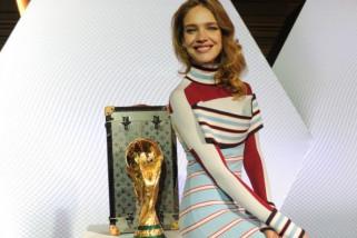 Casillas dan Supermodel Vodianova Arak Tropi Piala Dunia