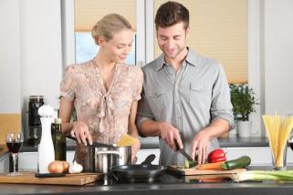 Suami Bantu Masak, Rumah Tangga Lebih Harmonis