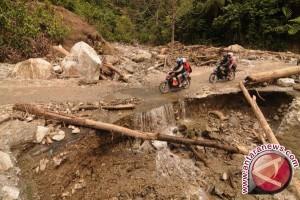 TNI dan masyarakat perbaiki rumah korban longsor Wonosobo