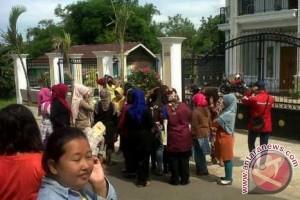 Petugas kebersihan kantor gubernur Jambi tuntut gaji