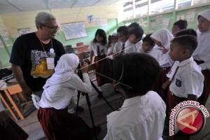 Relawan pendidikan mengajar di  Jambi
