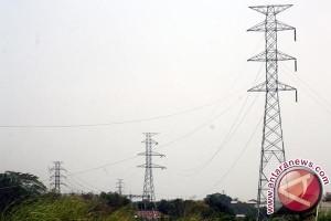 Kabel tegangan rendah dipasang perluas jaringan listrik Tanjabtim