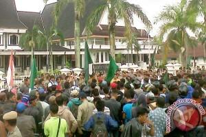 Ratusan buruh datangi kantor bupati Tanjabbar