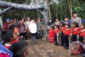 Mensos menangis saat disambut anak-anak SAD Jambi