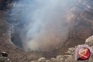 Seorang vulkanolog jatuh ke kawah