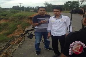 Jalan nasional di Batanghari longsor