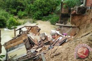 Dua rumah di Sarolangun terbawa longsor