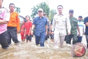 Gubernur tinjau banjir dan beri bantuan
