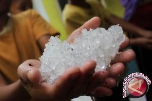 Fenomena unik hujan es kagetkan warga Kotim