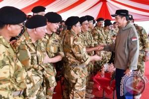 Gaya gubernur Zola saat latihan ala militer