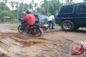 Jalan tiga kecamatan Tanjabbar rusak berat