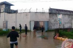 Banjir pun menyisakan puluhan napi kabur