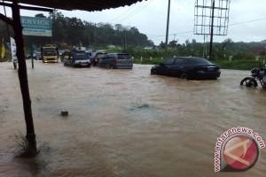 Jalan depan Kampus UIN macet total akibat banjir