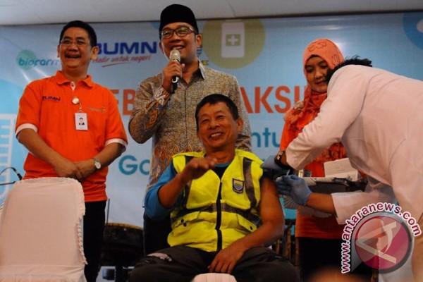 2.200 petugas gorong-gorong divaksinasi gratis