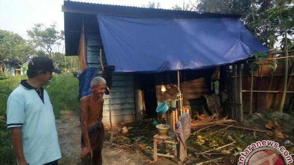 Kakek Sudirman hidup bersama kambing di gubuk