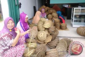Pengerajin di Muarajambi buat lidi sawit jadi piring (Video)