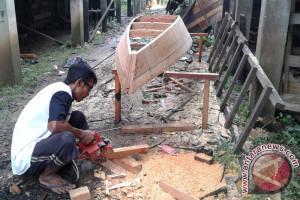 Pembuat perahu di Jambi Seberang masih bertahan