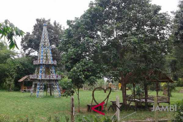"Miniatur ""Menara Eiffel"" hadir dekat Candi Muarojambi"