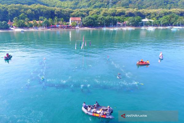 """214 """"Kartini"""" penyelam kibarkan merah putih di laut (video)"""