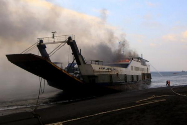 Kapal penumpang terbakar di Selat Bali