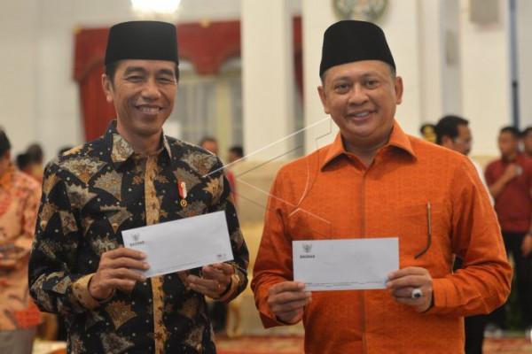Presiden Jokowi membayar zakat