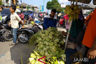 Ibu-ibu di Jambi berburu selongsong ketupat