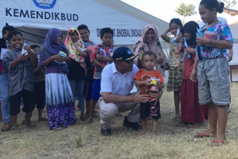 Membawa anak-anak kembali ke sekolah setelah gempa