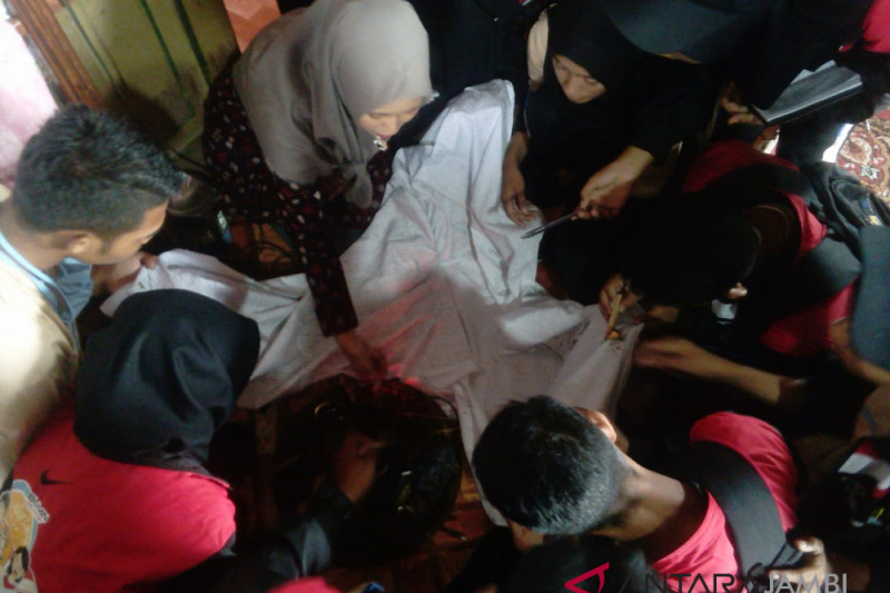 BUMN Hadir - SMN Malut belajar membatik di perkampungan Jambi