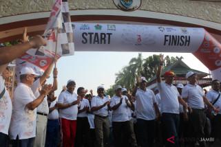 BUMN Hadir - Ribuan warga Jambi semarakkan jalan sehat BUMN