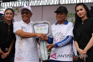 BUMN Hadir -  Zainal Abidin raih motor doorprice jalan sehat BUMN