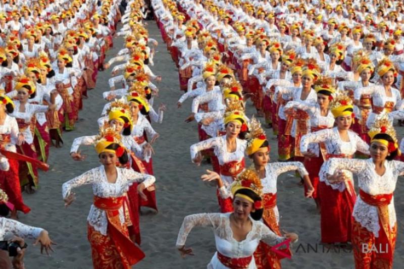 Dua ribu penari tenun Bali cetak rekor MURI