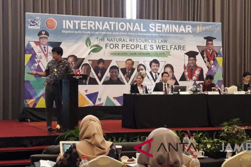 Narasumber luar negeri sampaikan paparan pada seminar hukum SDA