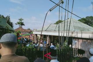 Pelayat mulai berdatangan di kediaman ayah Zumi Zola