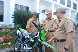Bupati Sarolangun bagikan motor dinas untuk kepala sekolah terpencil